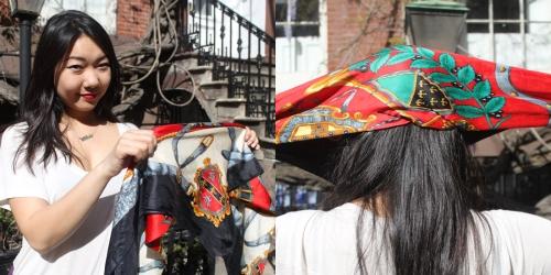 Шелковый шарф можно завязывать не только на шею, но и на голову.