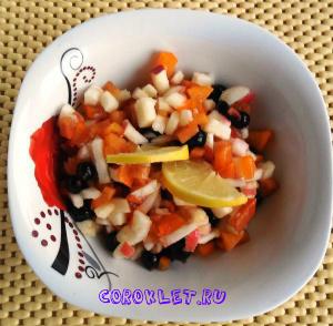 Салат с хурмой и ягодами