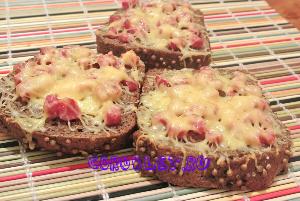 Горячий бутерброд на черном хлебе