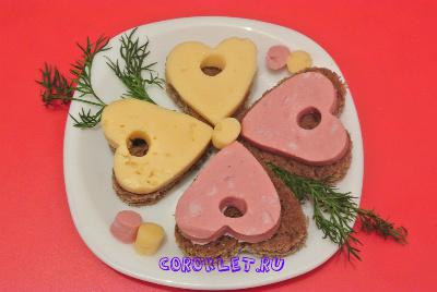 Бутерброды с колбасой и сыром